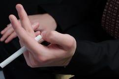 Cigarrillo de la explotación agrícola de la persona Foto de archivo libre de regalías