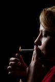 Cigarrillo de la iluminación de la mujer Fotografía de archivo