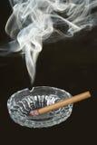 Cigarrillo del humo de la dimensión de una variable Imágenes de archivo libres de regalías