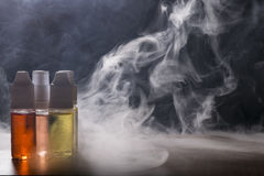 Cigarrillo electrónico, dispositivo vaping con el fondo del líquido de e Fotografía de archivo