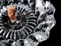 Cigarrillo en el cenicero Imagenes de archivo