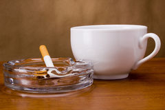 Cigarrillo en un cenicero Fotos de archivo