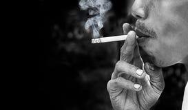 Cigarrillo que fuma Imagen de archivo