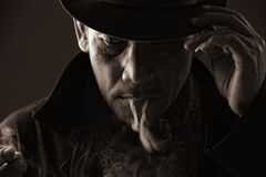 Cigarrillo que fuma blooded frío del asesino Fotos de archivo libres de regalías