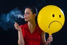 Cigarrillo que fuma de la mujer Imágenes de archivo libres de regalías