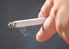 Cigarrillo que fuma de la mujer Imagenes de archivo