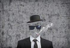 Cigarrillo que fuma del hombre de negocios Imágenes de archivo libres de regalías