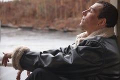 Cigarrillo que fuma del hombre joven Imagen de archivo