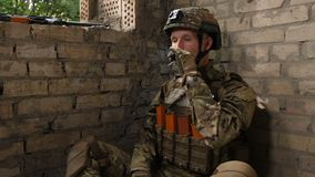 Cigarrillo que fuma marino de la fuerza especial después del combate metrajes