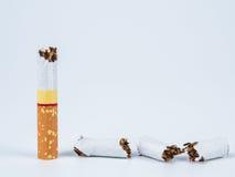 Cigarrillo quebrado en el fondo blanco Foto de archivo libre de regalías