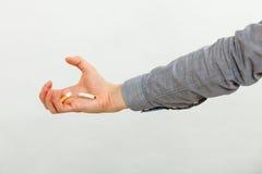 Cigarrillo quebrado en la mano masculina Fotografía de archivo libre de regalías