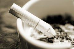 Cigarrillo y cenicero Fotos de archivo libres de regalías