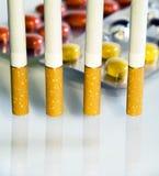 Cigarrillo y píldoras Imagen de archivo