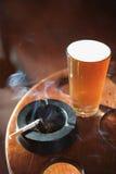 Cigarrillo y pinta de cerveza. imagenes de archivo