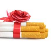 Cigarrillos atados con el arqueamiento rojo Imagenes de archivo