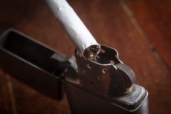 Cigarrillos con el encendedor viejo del metal Imagen de archivo