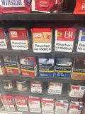 Cigarrillos con los mensajes de advertencia de empaquetado imagenes de archivo