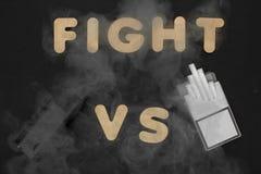 Cigarrillos contra Vape Cigarrillo electrónico sobre un fondo oscuro Dispositivos populares del año - dispositivo vaping moderno Fotos de archivo