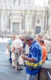 Cigarrillos del balanceo del viejo hombre, Catania Foto de archivo