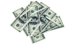Cigarrillos dispersados y 100 billetes de dólar Foto de archivo libre de regalías