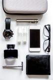 Cigarrillos electrónicos y accesorios para hombre en el fondo blanco t Imagen de archivo libre de regalías