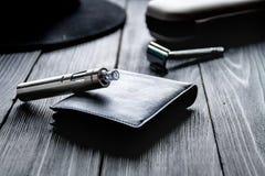 Cigarrillos electrónicos y accesorios para hombre en fondo de madera Fotografía de archivo libre de regalías