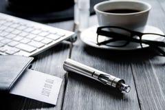Cigarrillos electrónicos y accesorios para hombre en fondo de madera Fotos de archivo libres de regalías