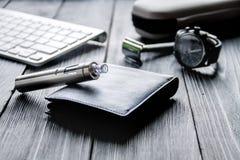 Cigarrillos electrónicos y accesorios para hombre en fondo de madera Imagenes de archivo