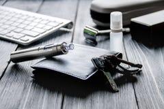 Cigarrillos electrónicos y accesorios para hombre en fondo de madera Imagen de archivo libre de regalías