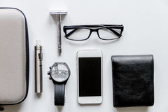 Cigarrillos electrónicos y accesorios para hombre en la opinión superior del fondo blanco Imagen de archivo libre de regalías