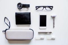 Cigarrillos electrónicos y accesorios para hombre en la opinión superior del fondo blanco Fotos de archivo