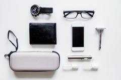 Cigarrillos electrónicos y accesorios para hombre en la opinión superior del fondo blanco Fotografía de archivo