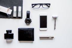 Cigarrillos electrónicos y accesorios para hombre en la opinión superior del fondo blanco Imagenes de archivo