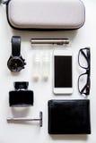 Cigarrillos electrónicos y accesorios para hombre en la opinión superior del fondo blanco Fotos de archivo libres de regalías