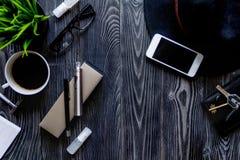 Cigarrillos electrónicos y accesorios para hombre en la opinión superior del fondo de madera Imagen de archivo libre de regalías