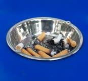 Cigarrillos en cenicero Fotografía de archivo libre de regalías