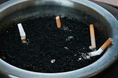 Cigarrillos en cenicero Imagen de archivo