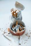Cigarrillos en el cenicero Imagenes de archivo