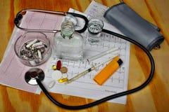 Cigarrillos en el cenicero, vodka Imagen de archivo