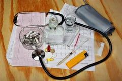 Cigarrillos en el cenicero, vodka, drogas Fotografía de archivo