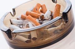 Cigarrillos en un cenicero Fotos de archivo libres de regalías