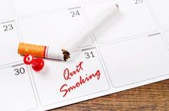 Cigarrillos que fuman abandonados Fotos de archivo libres de regalías