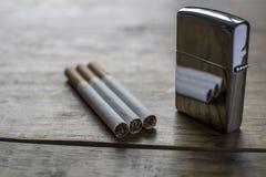 Cigarrillos y encendedor Foto de archivo