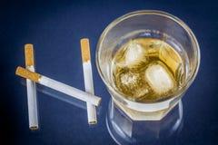 Cigarrillos y vidrio de alcohol que forman la palabra NINGUNA fotos de archivo libres de regalías