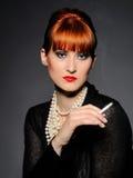 Cigarro bonito e fumo da terra arrendada da mulher Imagens de Stock Royalty Free