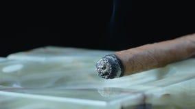 Cigarro cubano que fuma en el cenicero de Marmor metrajes