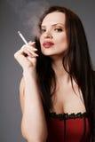 Cigarro de fumo da mulher. Foto de Stock Royalty Free