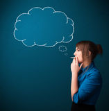 Cigarro de fumo da senhora bonita com nuvem da ideia Imagem de Stock Royalty Free