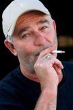 Cigarro de fumo do homem não barbeado Imagem de Stock Royalty Free