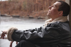 Cigarro de fumo do homem novo Imagem de Stock
